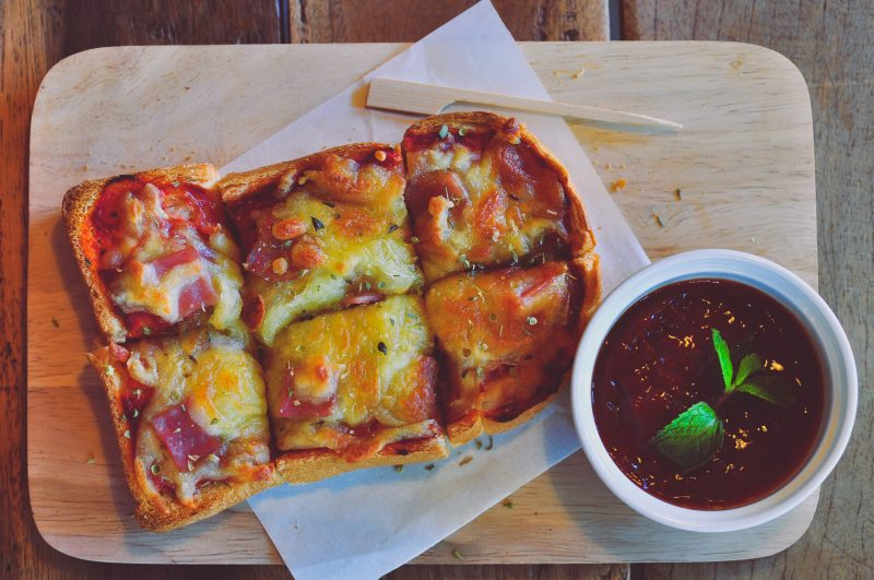 Аппетитные горячие бутерброды (мини-пиццы) с беконом и сыром