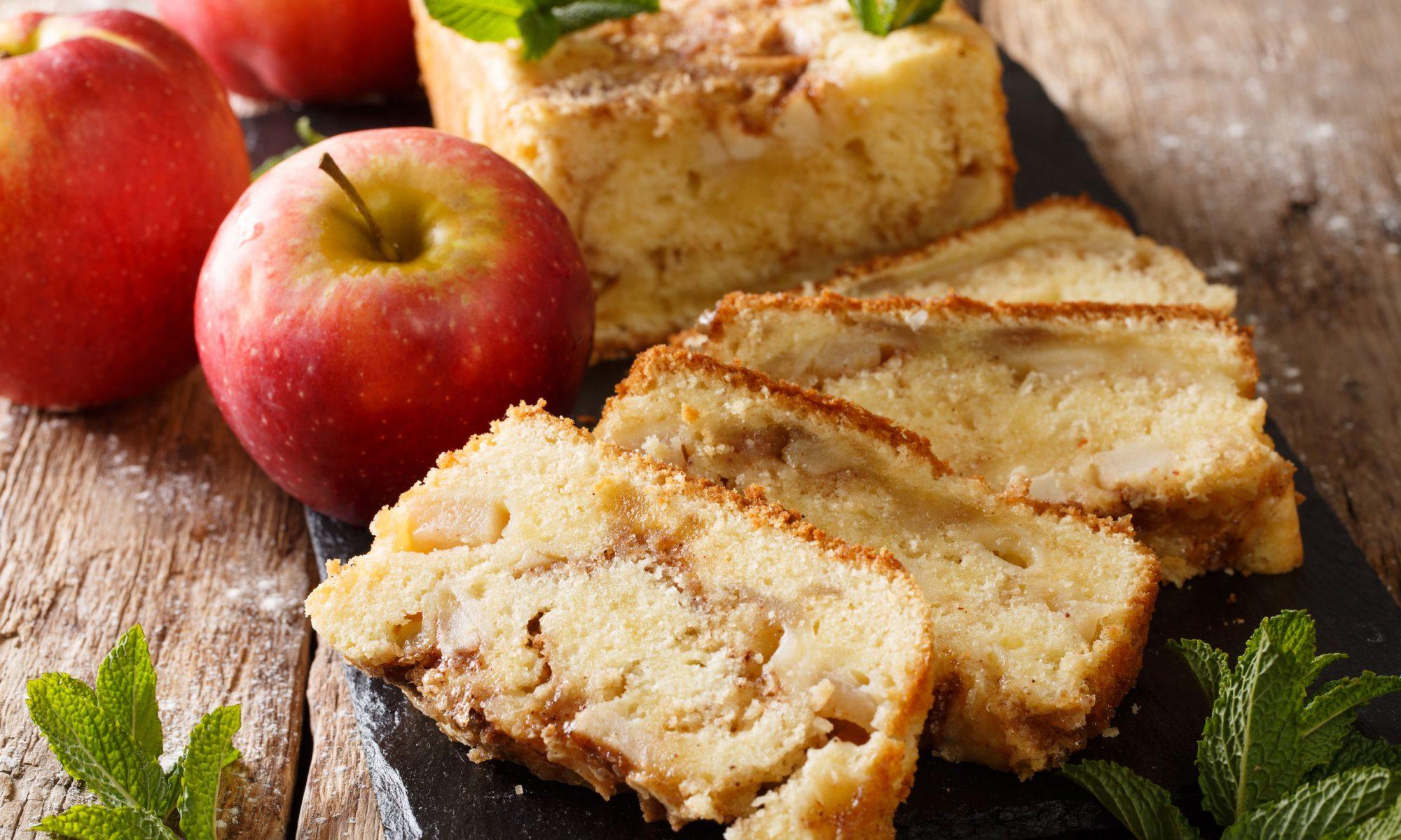Простой пирог с яблоками и корицей на кефире