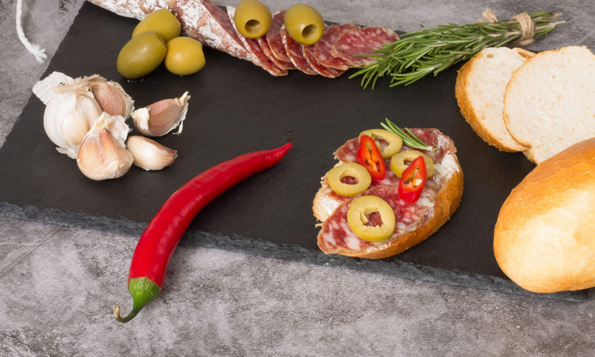 Ароматные брускетты с колбасками, сладким перцем и руколой