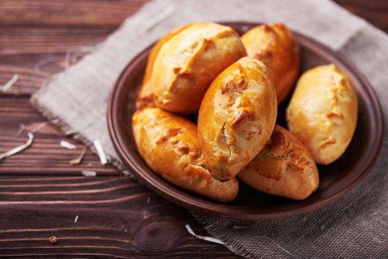 «Пуховые» пирожки с повидлом в духовке