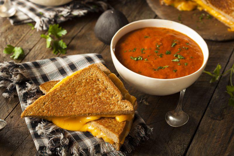 Изысканные горячие бутерброды с сыром и карамелизированным луком