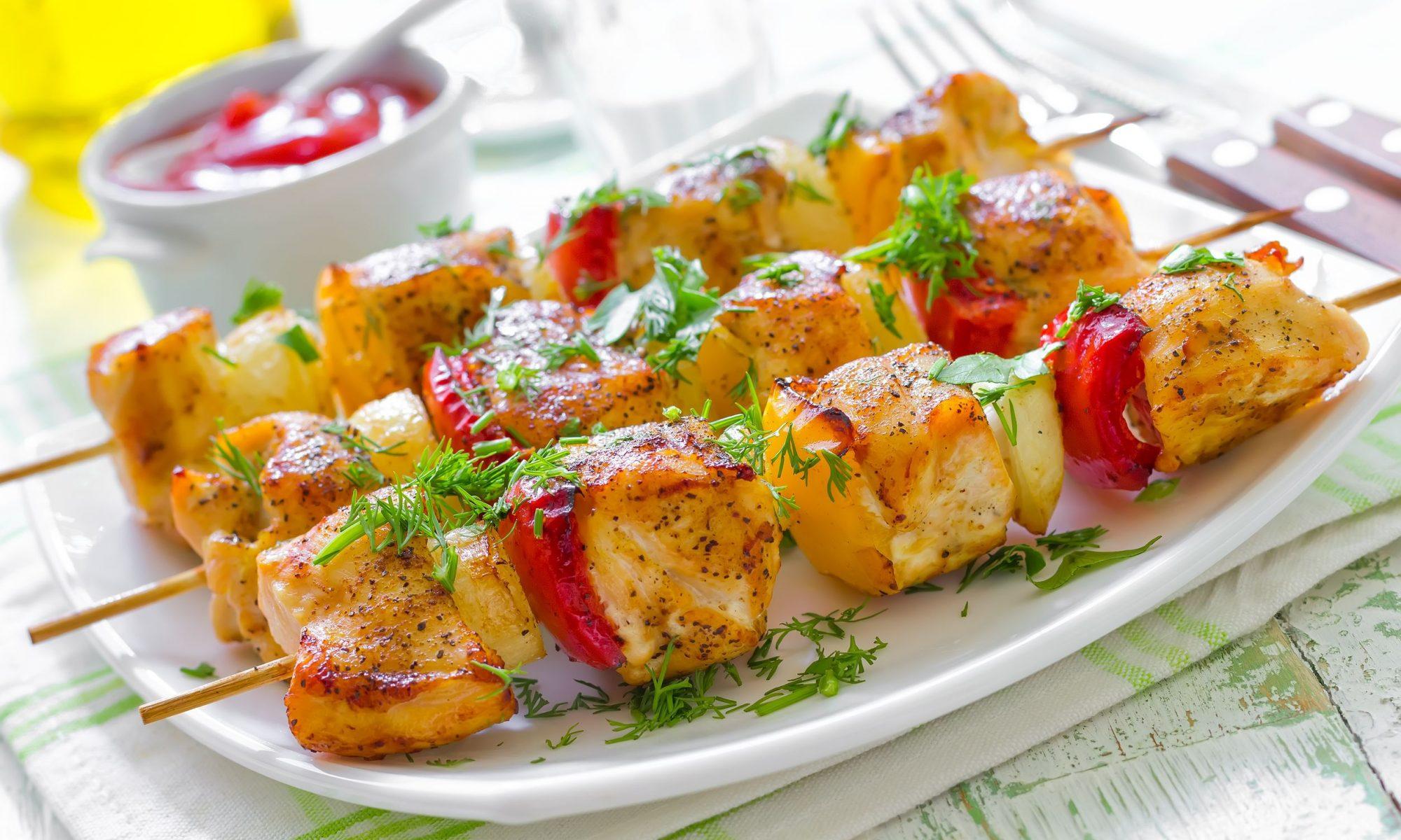 Кебаб из курицы с цуккини, сладким перцем и красным луком