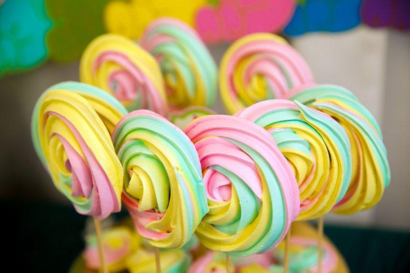 Разноцветные меренги: рецепт для детей
