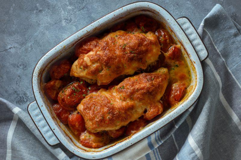Фаршированные куриные грудки, запеченные в томатном соусе