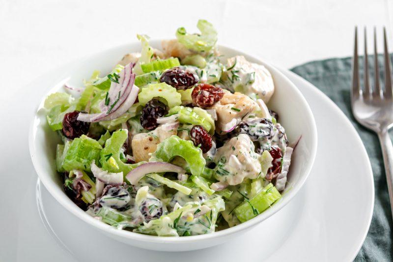 Витаминный салат из куриного филе и клюквы
