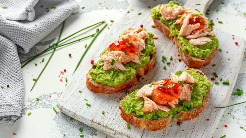 Как приготовить бутерброд с авокадо и красной рыбой