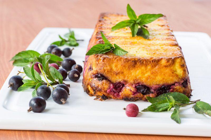 Простой рецепт пирога с творогом и сметаной