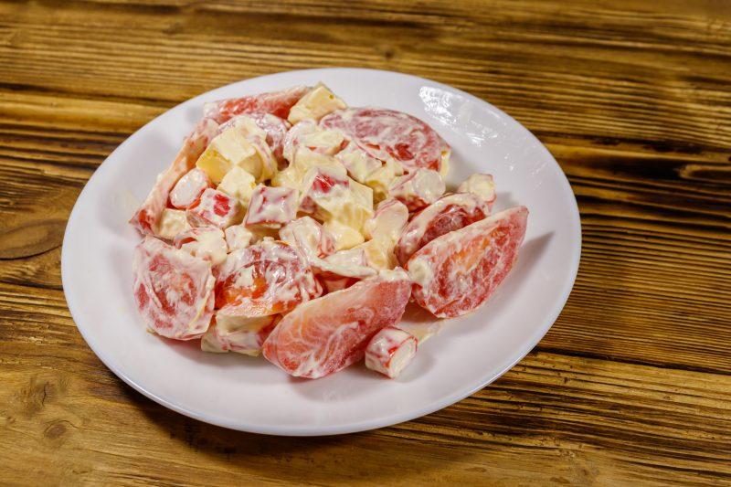 Простой салат из кальмаров и крабовых палочек