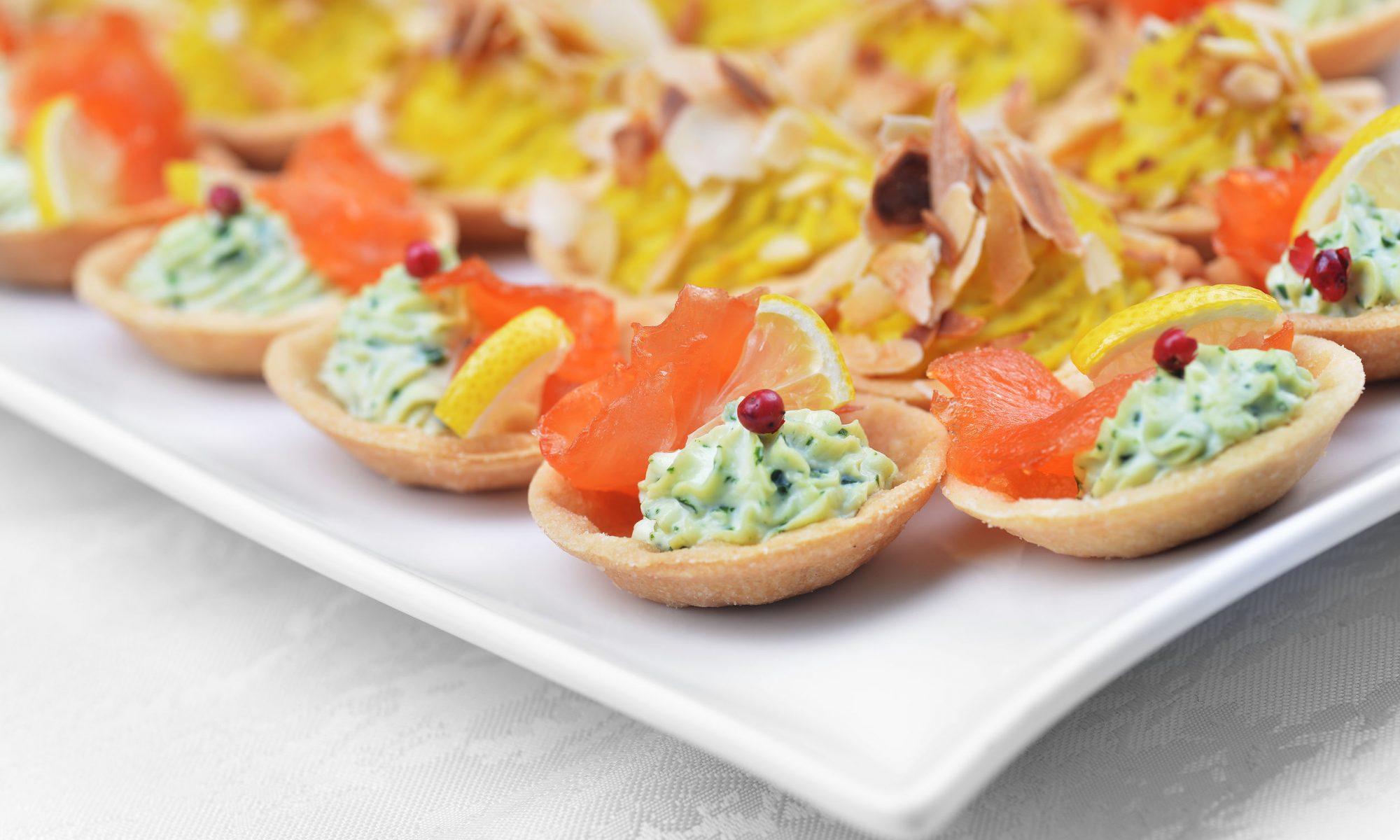 Тарталетки со сливочным сыром, авокадо и красной рыбой