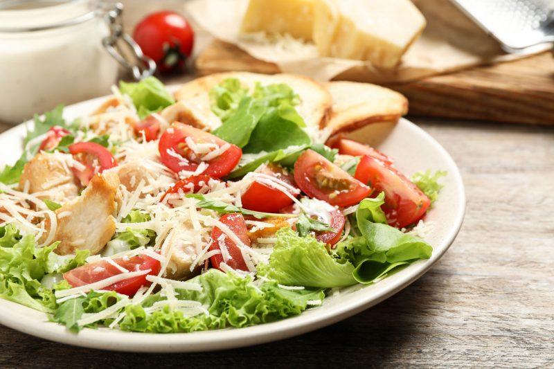 Салат на 8 марта с тунцом, овощами и зеленью