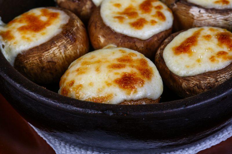 Фаршированные шампиньоны с сыром на сковороде