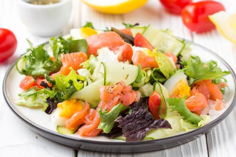 Теплый салат из красной рыбы с помидорами