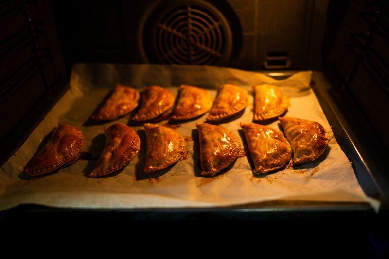 Слоеные чебуреки с сыром и помидорами