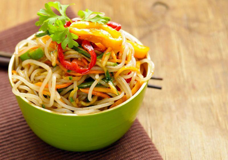 Азиатский салат с фунчозой и корейской морковью