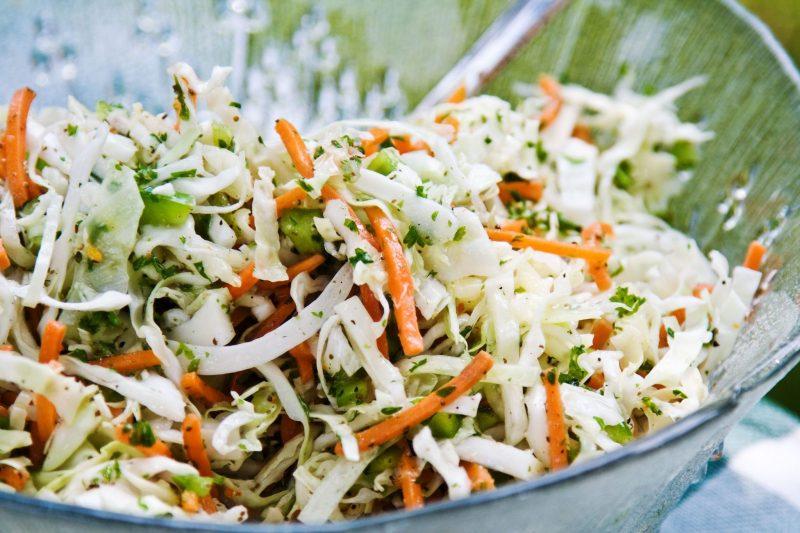 Капустный салат с кокосово-кунжутной заправкой
