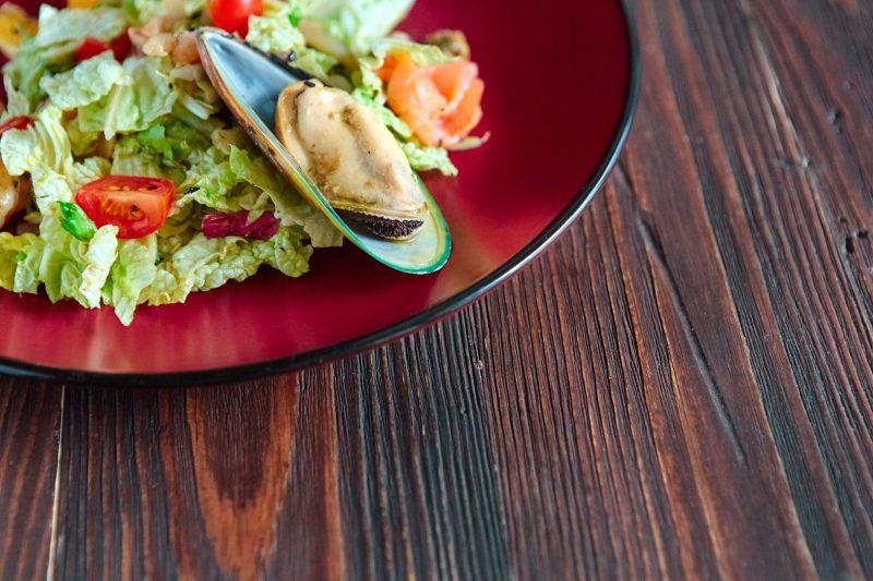 Салат с мидиями, зеленью и овощами