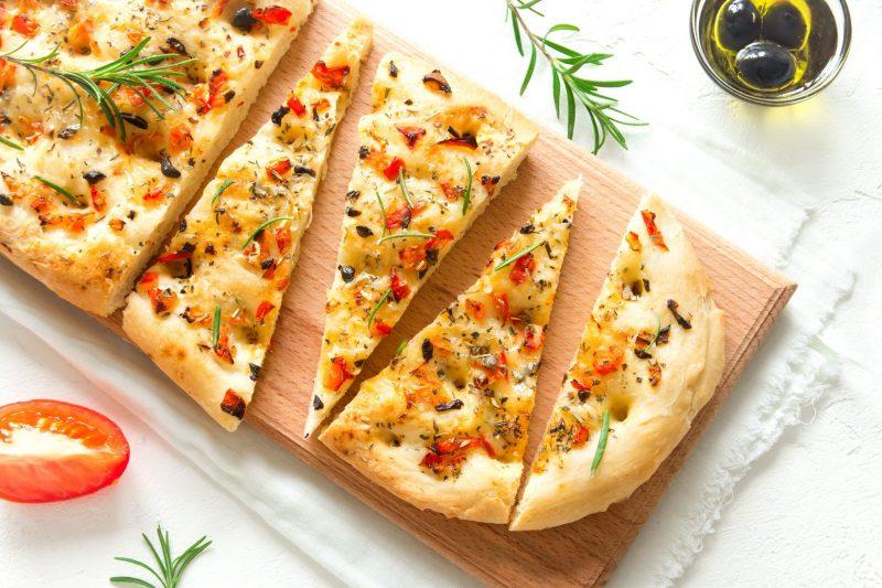 Домашняя фокачча с сыром на завтрак