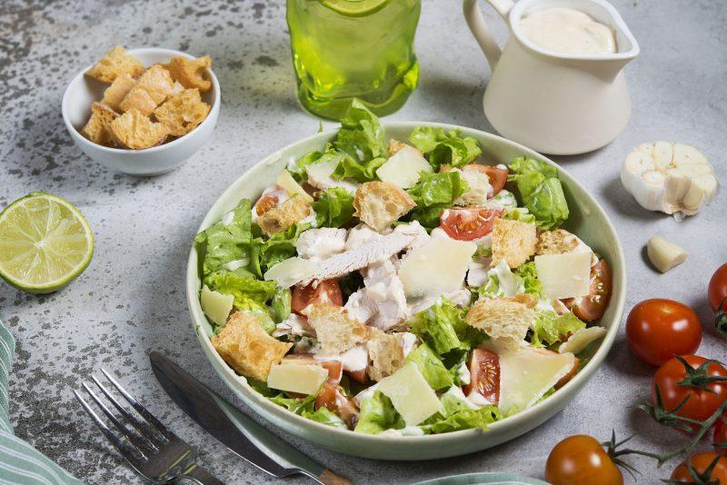 Вкусный «Цезарь» с курицей и помидорами
