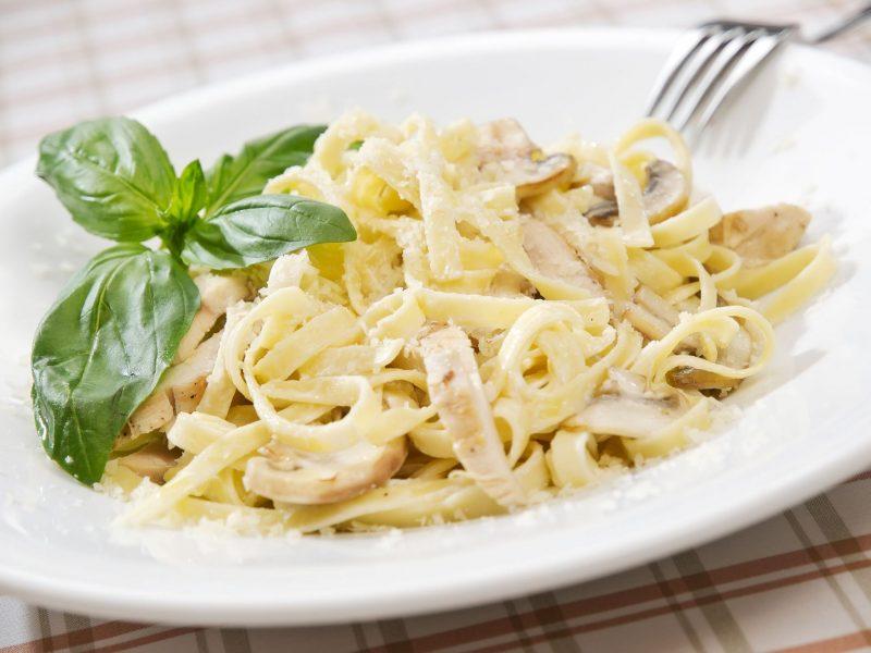 Спагетти с мясом курицы и соусом