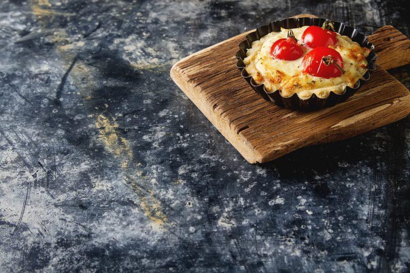 Домашние тарталетки с сыром и помидорами