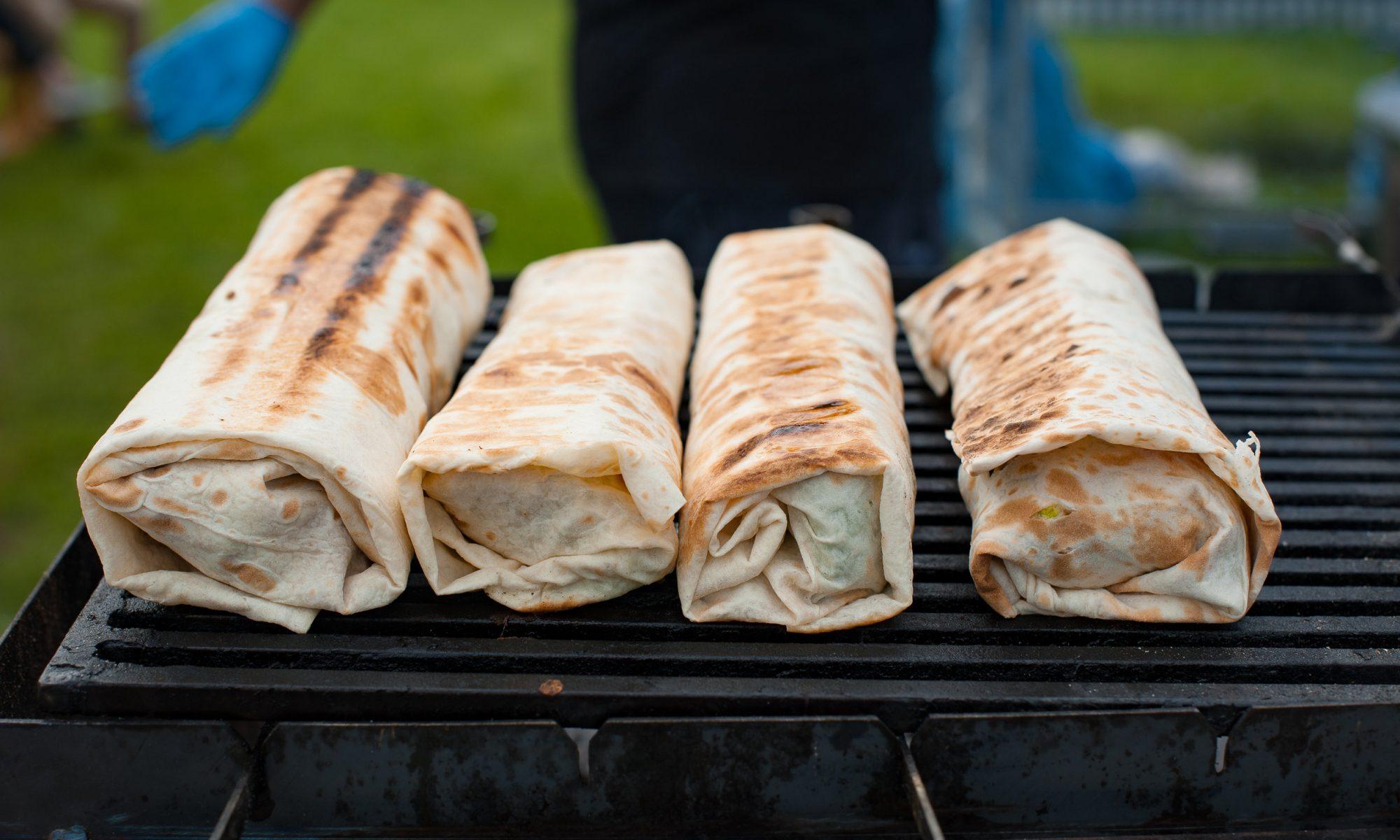 Горячие роллы с колбасками на гриле в лаваше