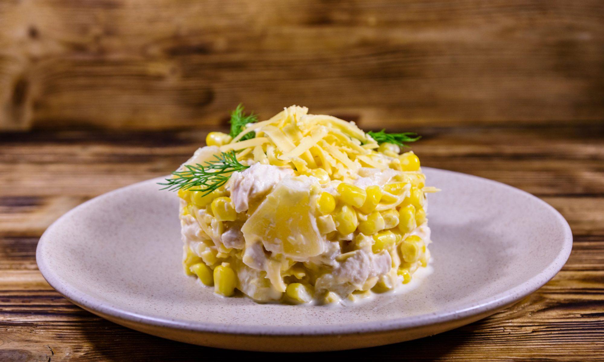 Ананасовый салат с курицей и сыром