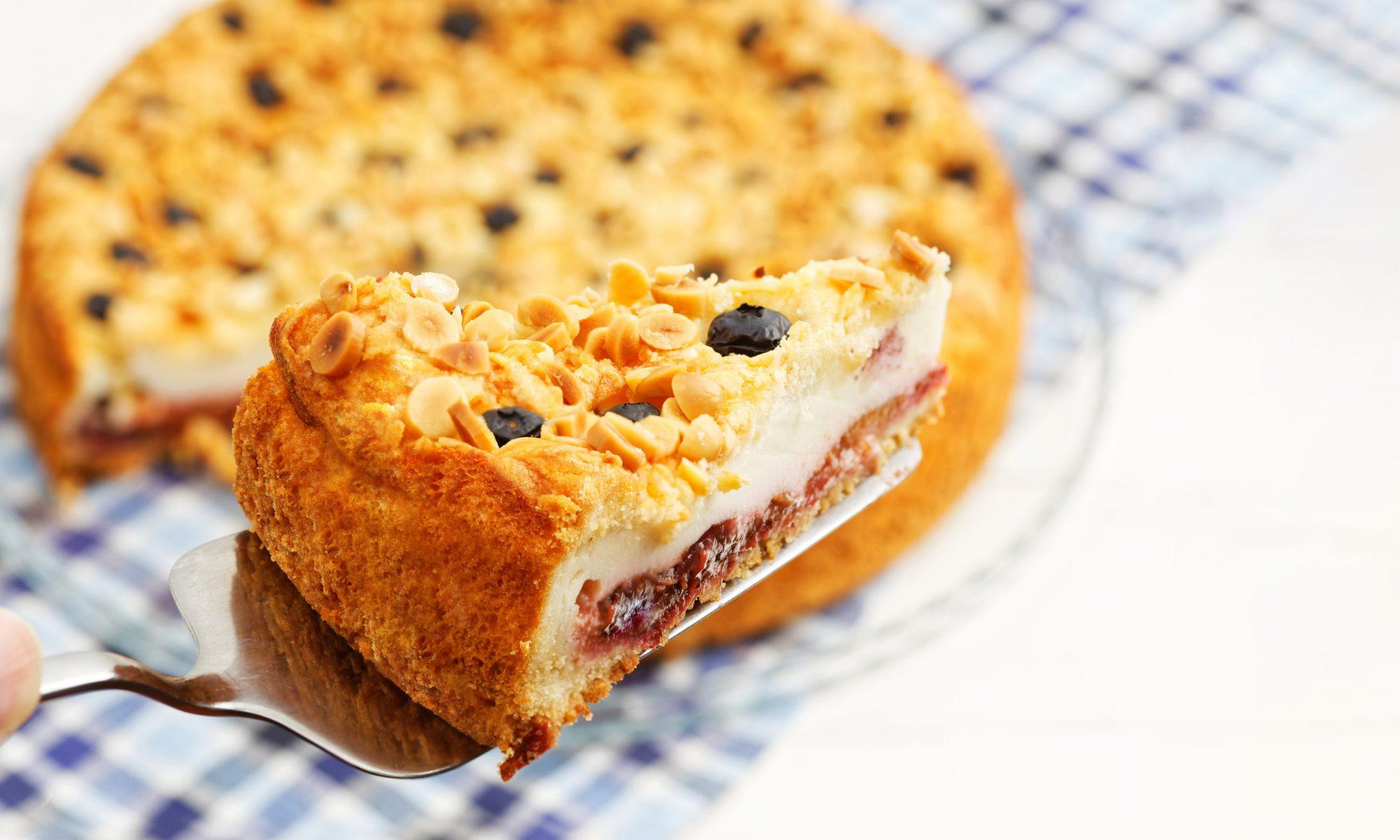 Пирог с творожным суфле и ягодами
