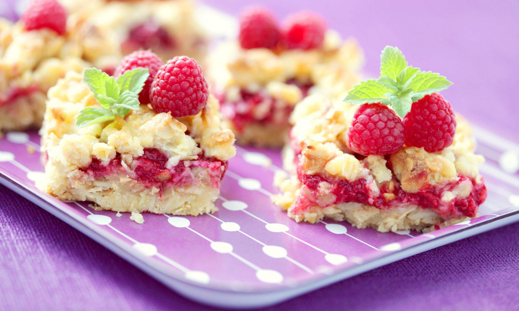 Бисквитный творожный пирог с малиной
