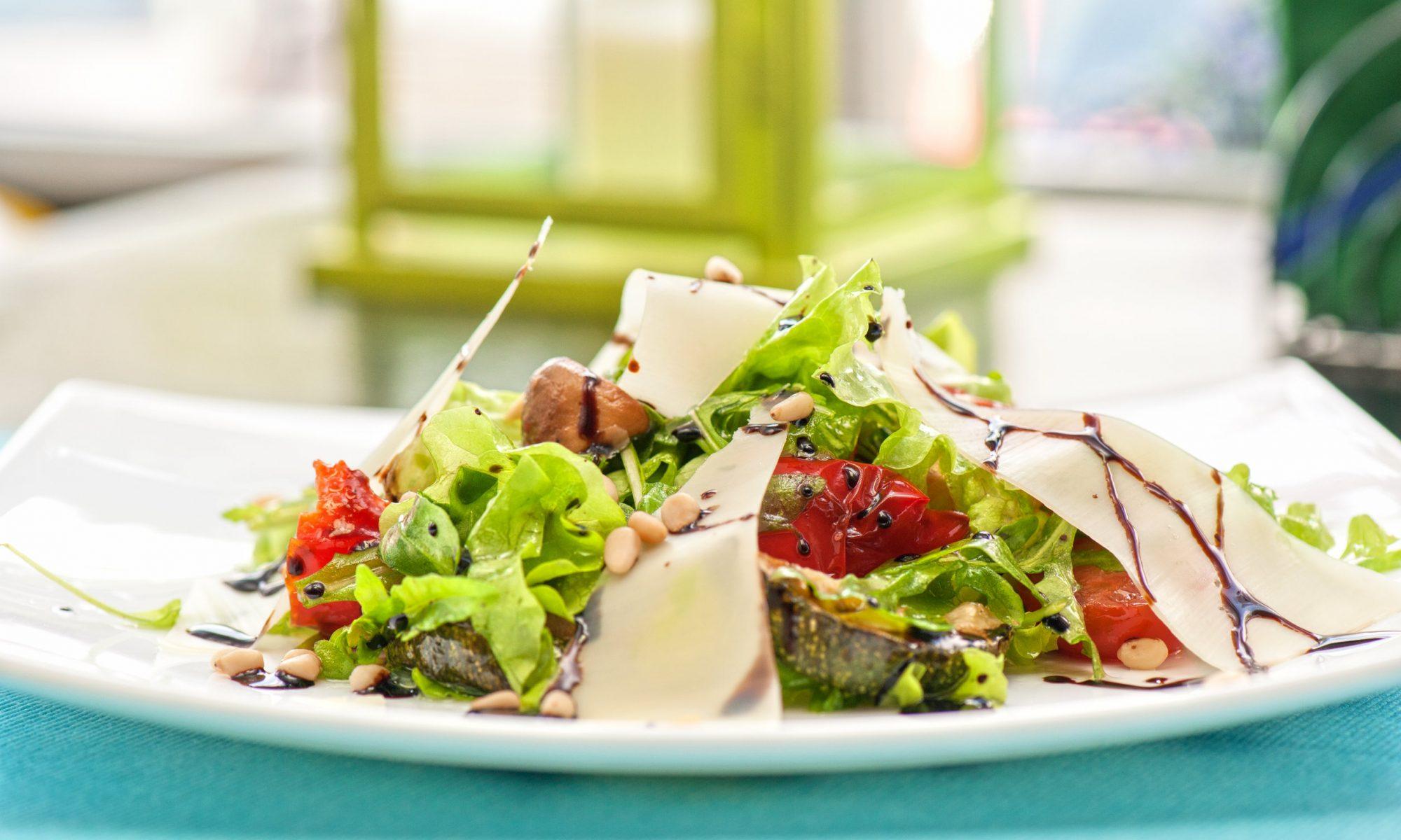 Теплый салат из запеченных на гриле овощей