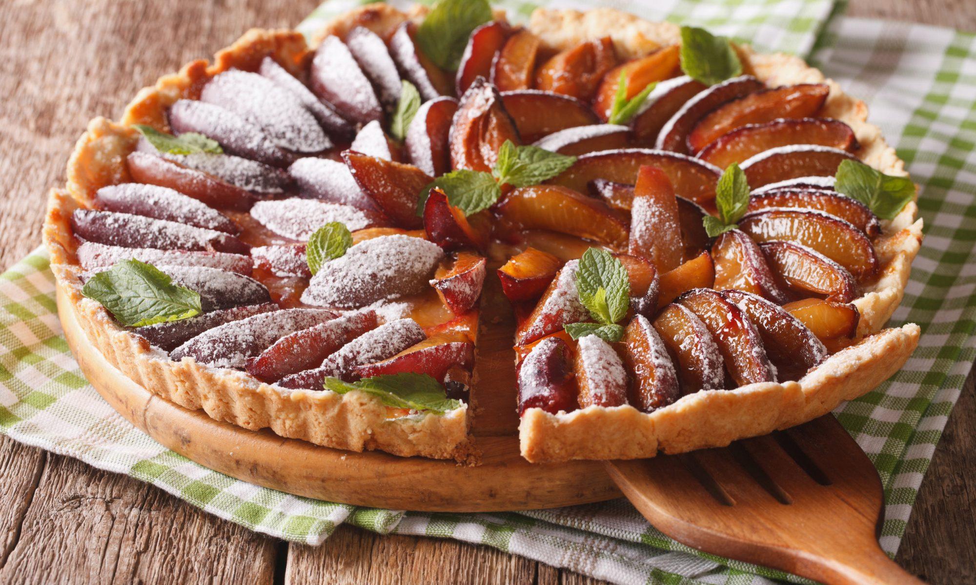 Открытый пирог из слоеного теста с яблоками