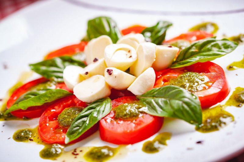Как приготовить помидоры с моцареллой и песто