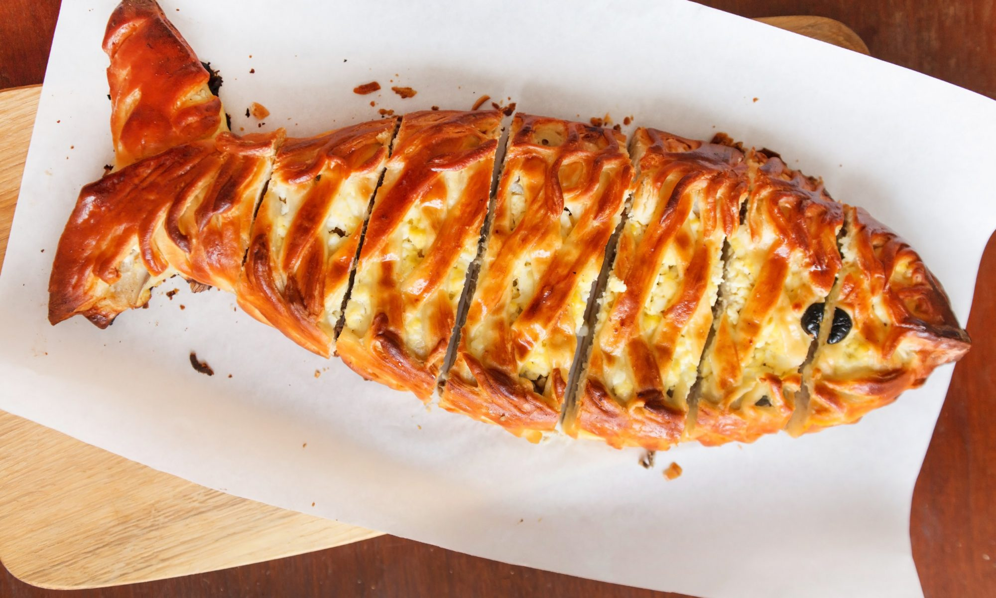 Нежный рыбный пирог из сайры