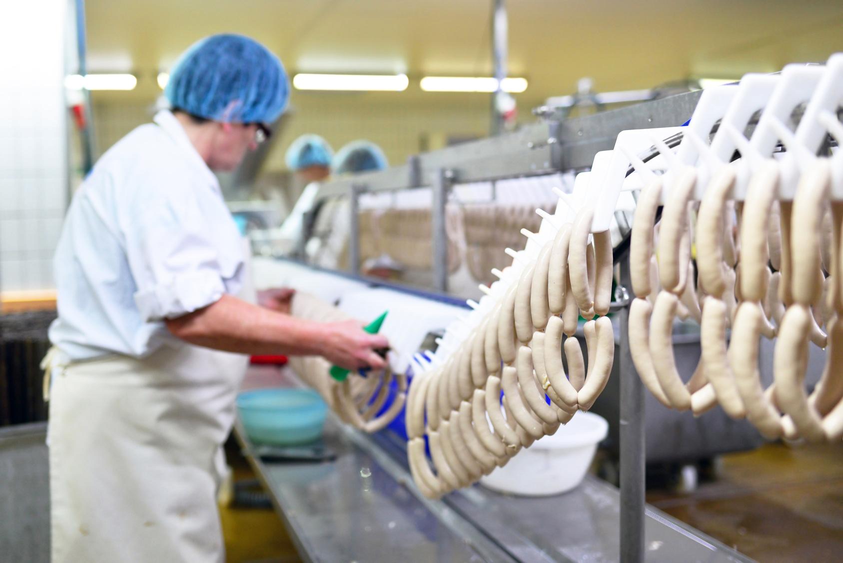 Herstellung von Wrsten in einer Fabrik - Lebensmittelindustrie