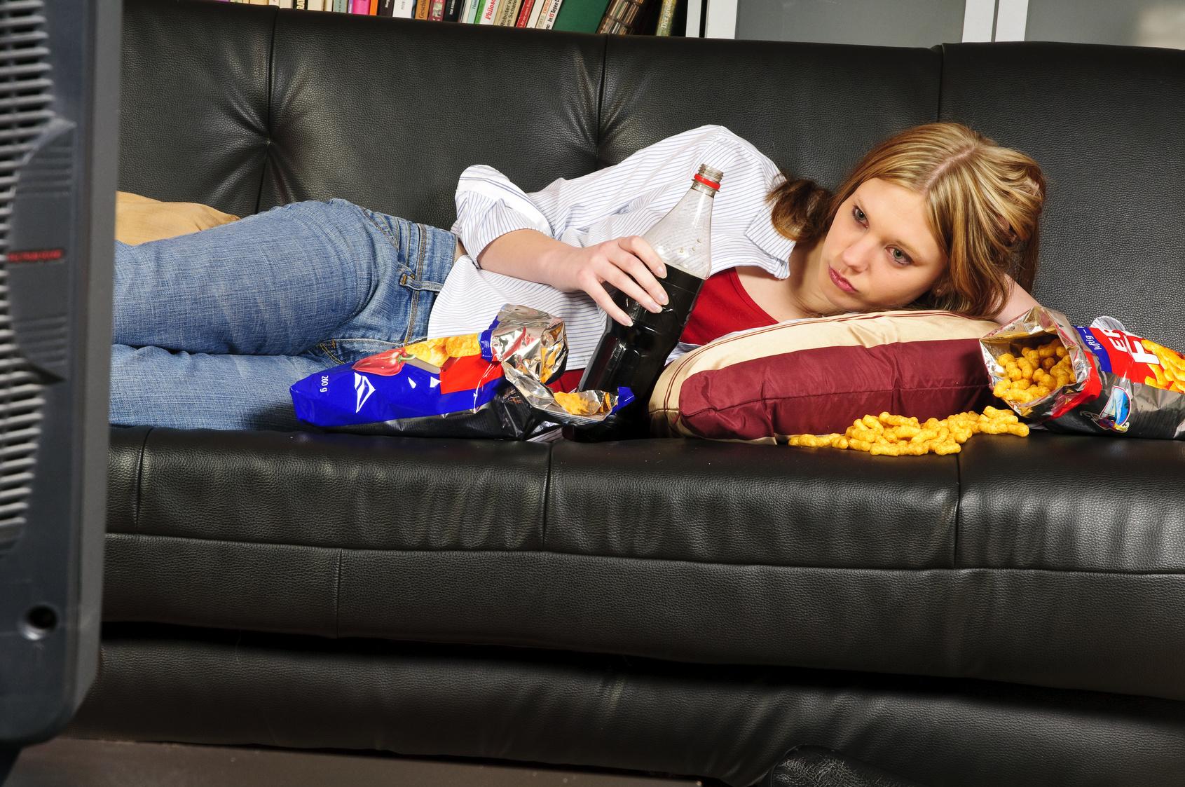 Teenager-Mdchen auf dem Sofa