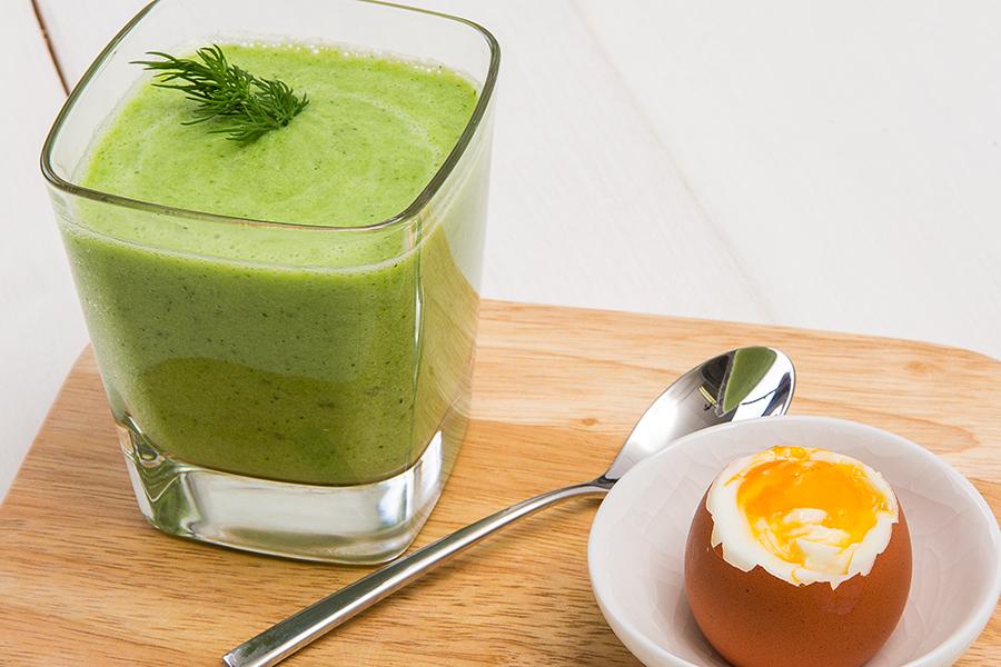 Легкий завтрак с зеленым смузи
