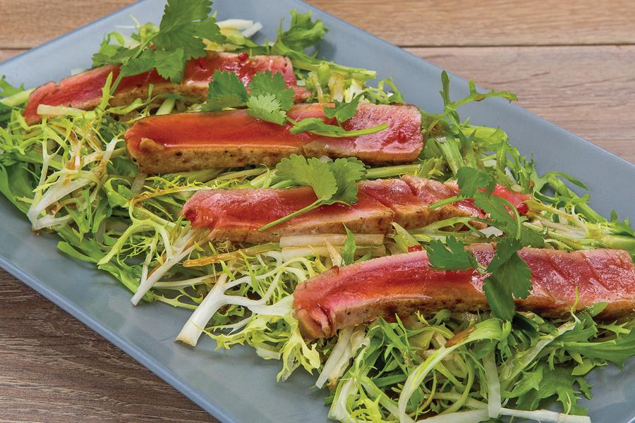 Легкий салат с тунцом и азиатской заправкой