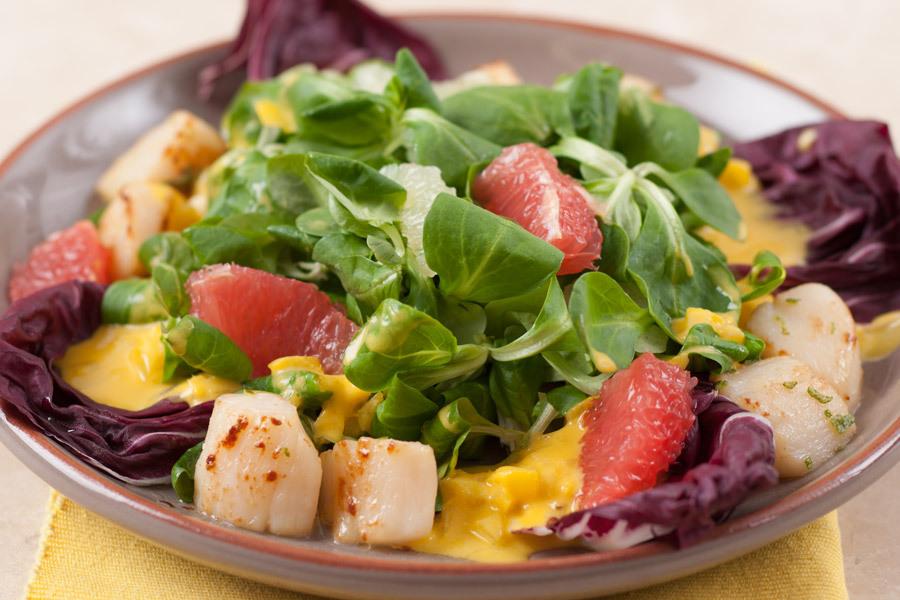 Корн салат с морским гребешком и манговым соусом
