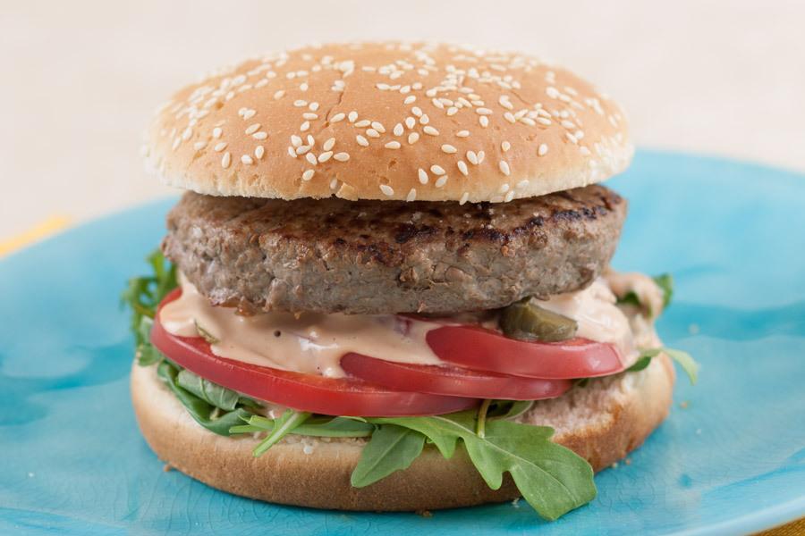 Большой бургер с говяжьей вырезкой и рукколой от Шефмаркет