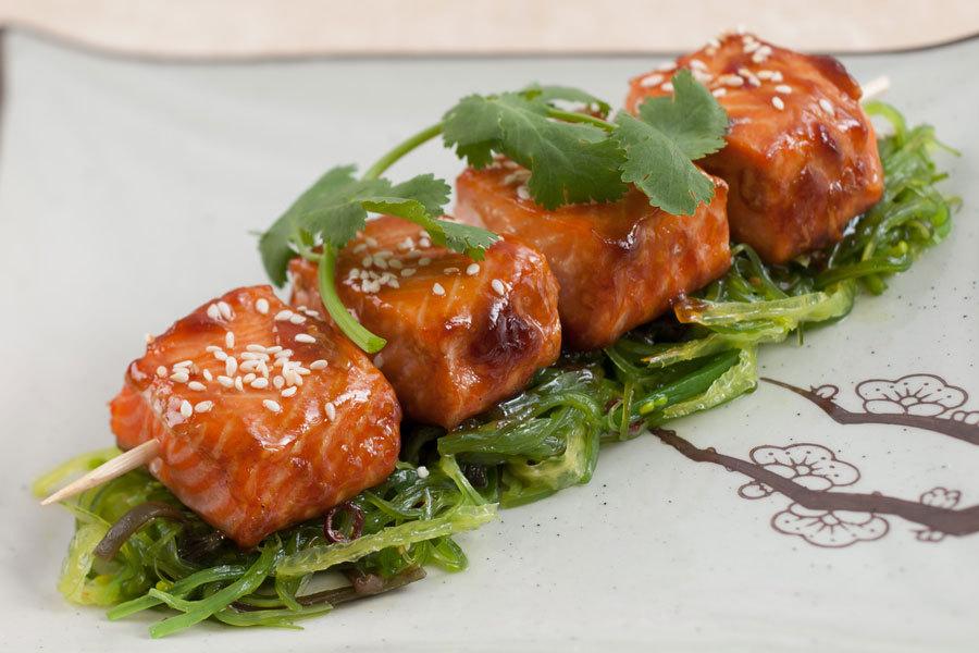 Шашлыки из форели в соусе терияки с салатом чука