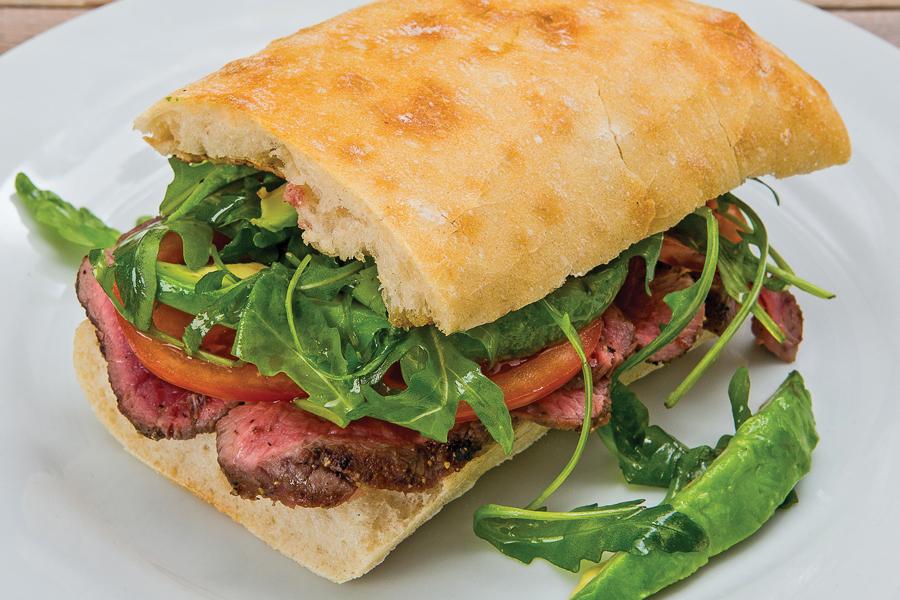 Сэндвич со стейком, помидором и авокадо