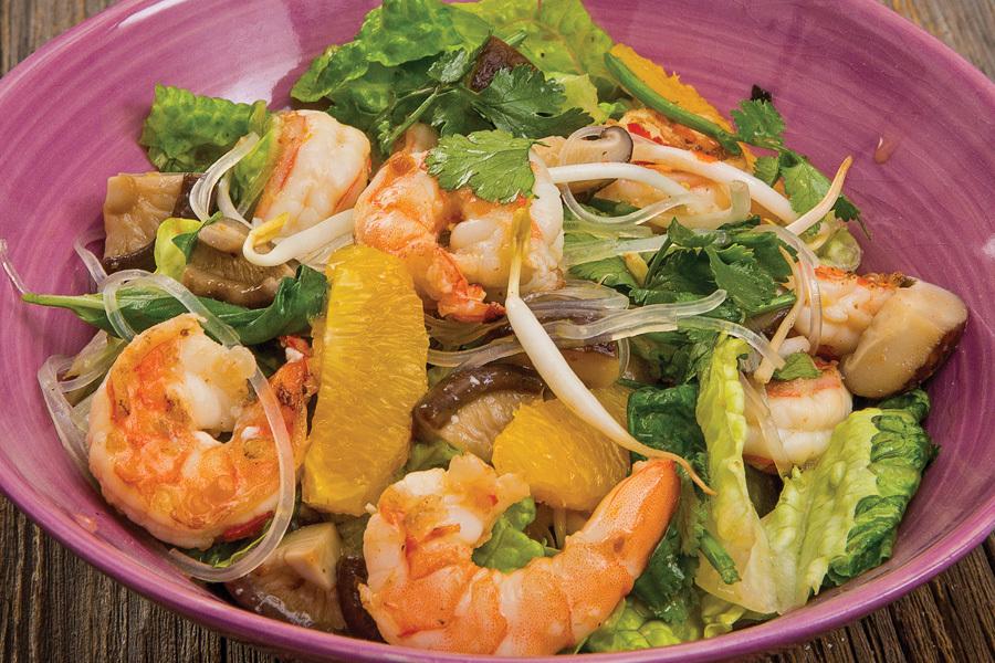 Азиатский салат с лапшой и креветками