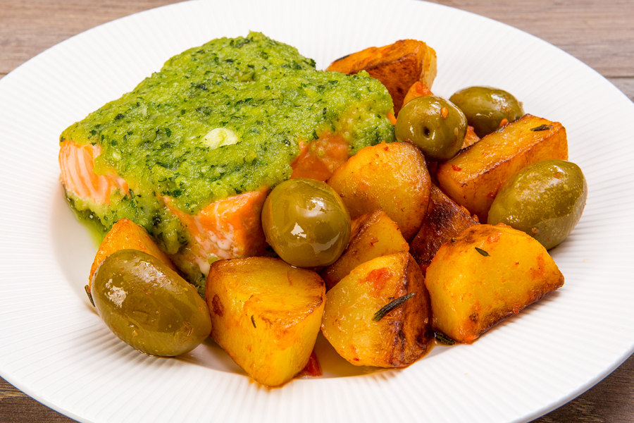 Филе форели с базиликом, оливками и картофелем