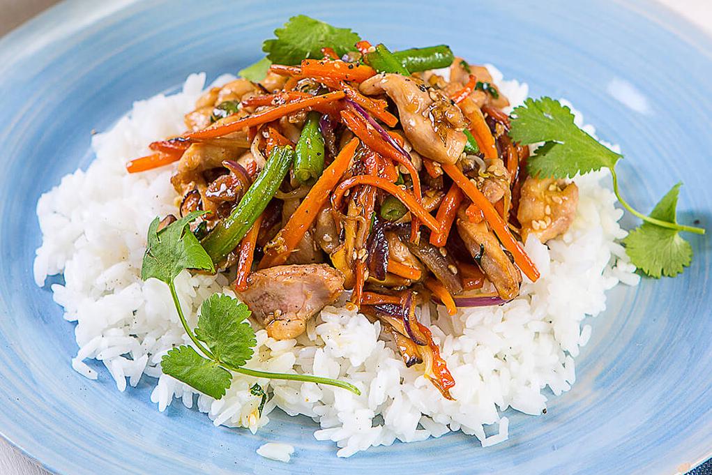 Курица с овощами стир-фрай на жасминовом рисе