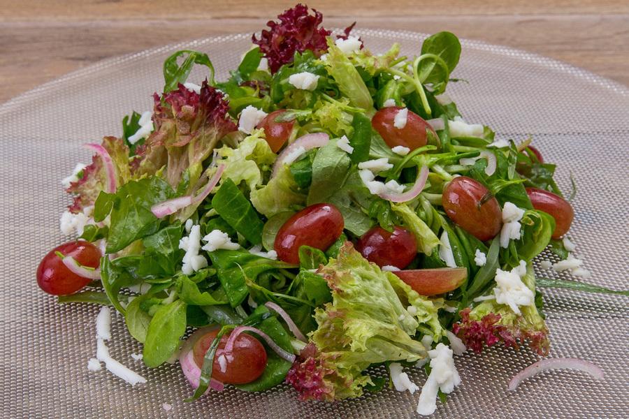 Салат с виноградом и козьим сыром