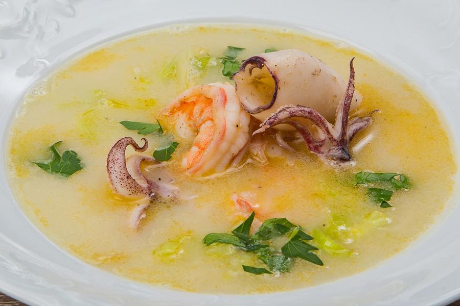 Суп из нута с креветками и кальмарами