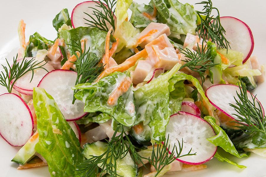 Свежий салат с копченой индейкой и йогуртом