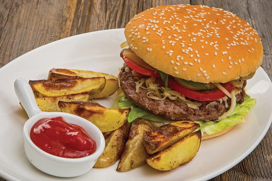 Чизбургер с говяжьей котлетой и запеченным картофелем