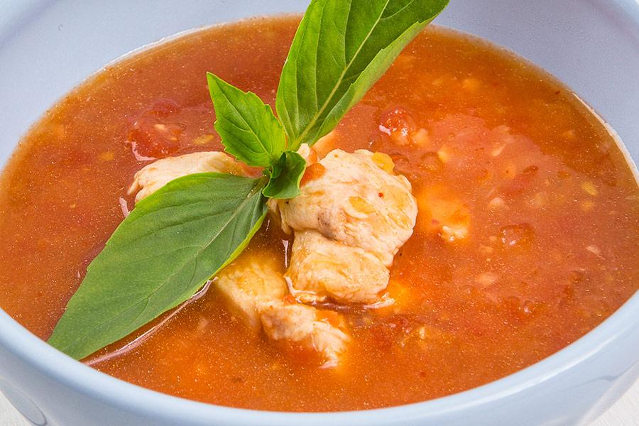 Томатный суп с курицей и сельдереем