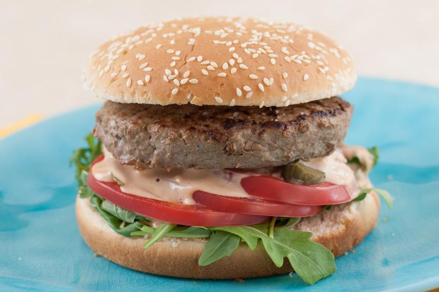 Большой бургер с говядиной и рукколой