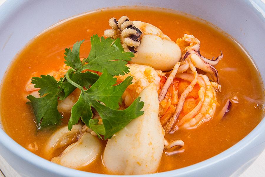 Томатный суп из морепродуктов с лапшой ширатаки